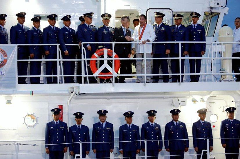 今年10月為慶祝日非恢復邦交60周年,日本向菲律賓提供十艘巡邏船;圖為杜特蒂與日...