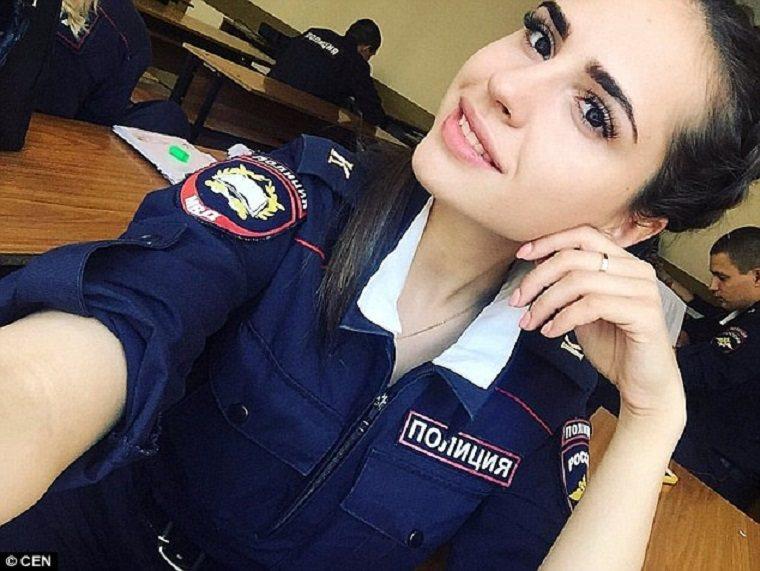 許多女警拍下自己穿著制服的照片報名,希望能獲得俄羅斯最美女警的頭銜。圖擷自D...