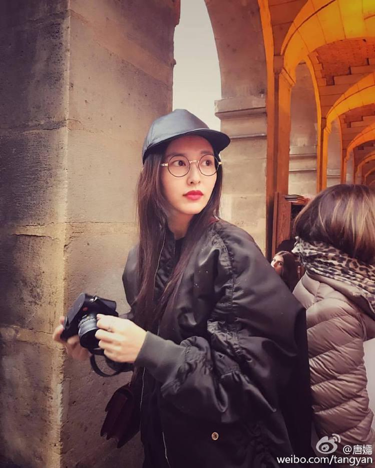 唐嫣身上略顯寬鬆的飛行夾克,配上黑色棒球帽手上再拿一台照相機,全身穿搭可以說就是...
