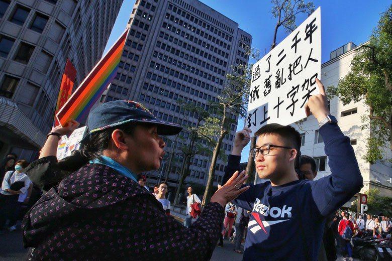 11月17日,與同性婚姻的民法修正案在立法院審查,場外反對與支持同性婚姻的民眾各表立場。 攝影/記者楊萬雲