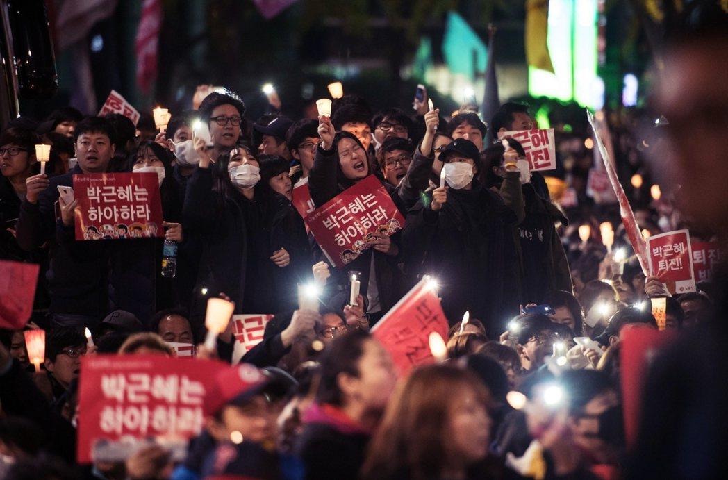 要求總統下台的「倒朴」示威規模,因此以倍數規模成長,11月12日的示威集會,突破...