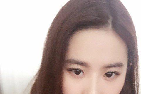 在中國大陸擁有「仙女姊姊」稱號的劉亦菲,16日參加香港某品牌活動,穿著深V蓬蓬裙,顯得十分氣質。有媒體卻捕捉到她的雙下巴,這樣許多網友看了都直呼不忍心。不過,許多網友仍堅信「仙女姊姊」劉亦菲是無辜的...