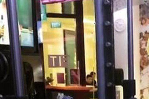 韓國歐巴李鍾碩16日在SNS上秀出一段健身影片,並寫道「與東九一起健身」。影片中的李鍾碩穿著無袖健身衣在運動房與朋友健身,他結實的肌肉曝光讓許多網友看了直呼「好大」;有網友看到這影片,還開玩笑地說:...