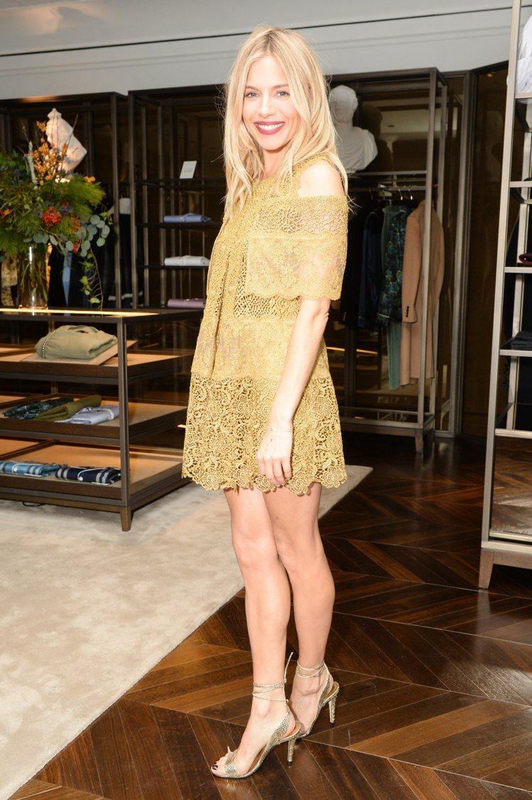 席安娜米勒身穿宮廷風系列刺繡洋裝。圖/BURBERRY提供
