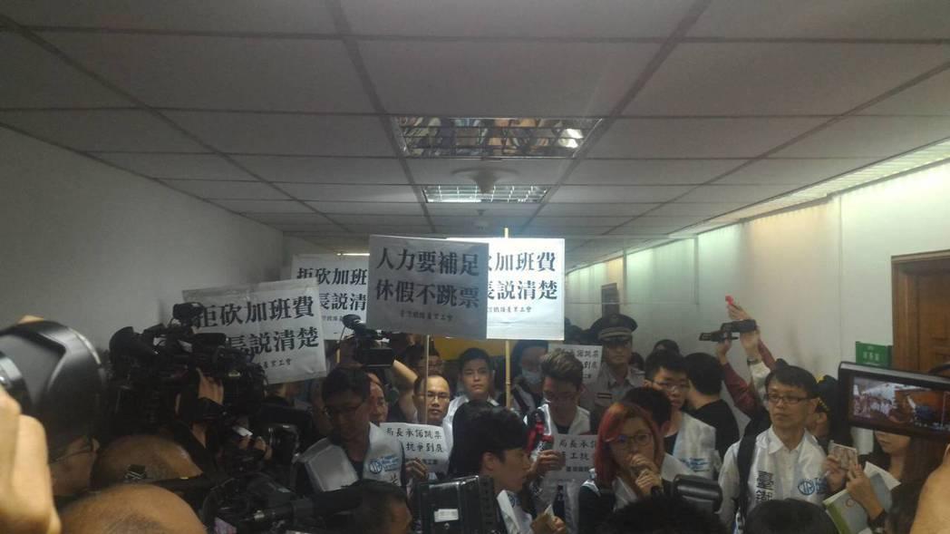 台灣鐵路產業工會今天下午動員百人到台北車站抗議。圖/讀者提供