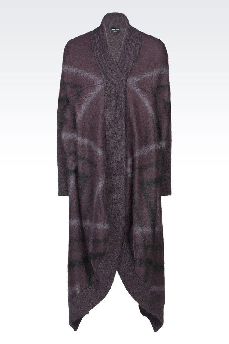 孔劉在「鬼怪」劇中身穿Giorgio Armani咖啡紅色菱形條紋長版披風。圖/...