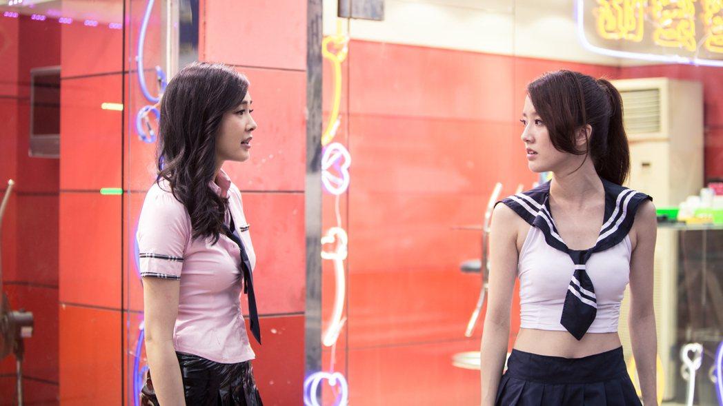 金妮(右)在電影「櫥窗人生」和曾珮瑜對戲。圖/華稷多媒體提供