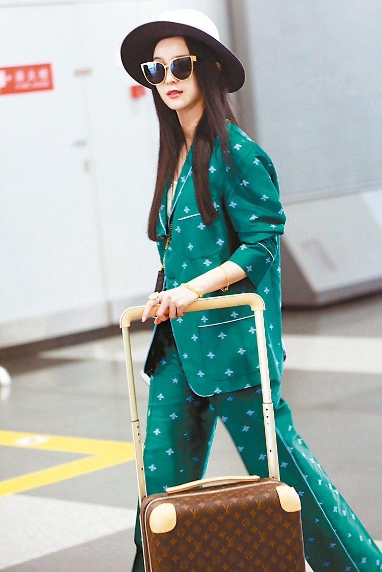 范冰冰穿著Gucci綠色睡衣風格男裝,前往多倫多電影節。 圖/CFP