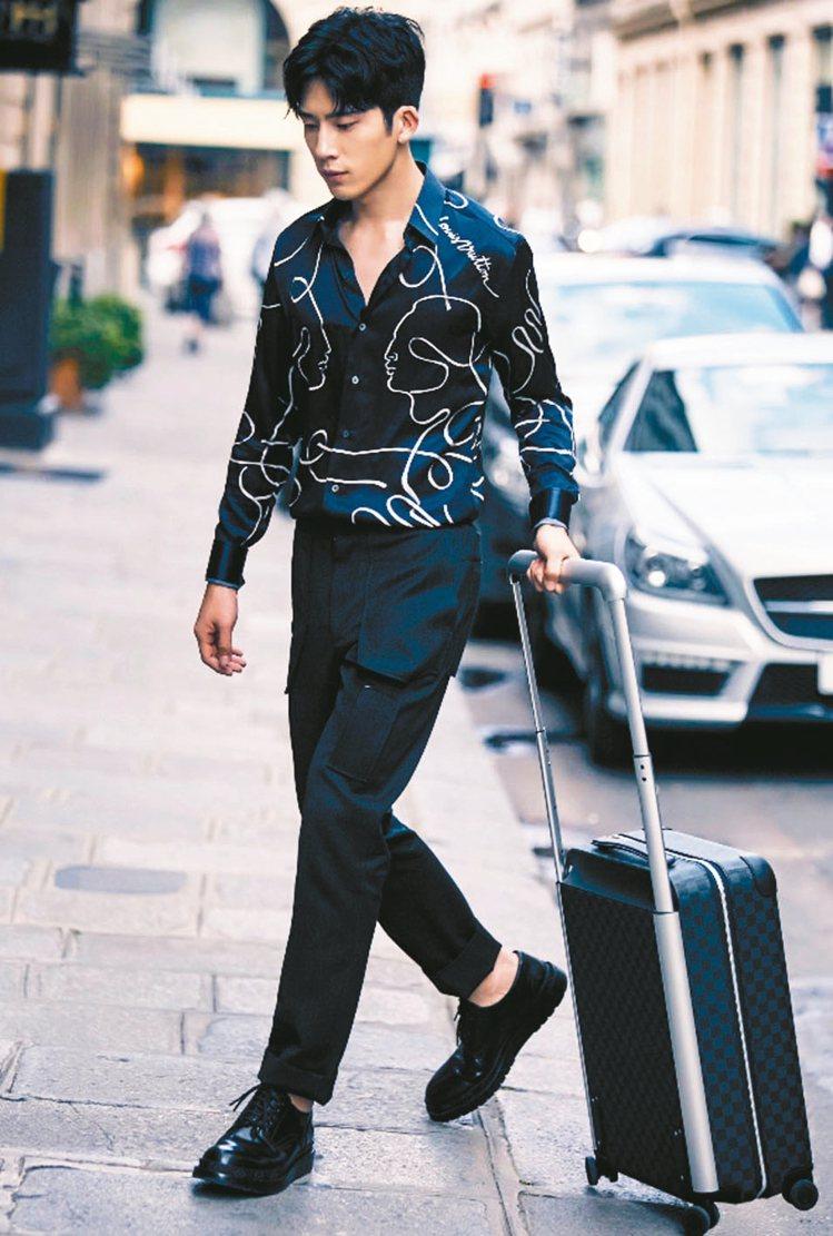 LV大秀座上賓的井柏然也使用Louis Vuitton全新Horizon滾輪行李...