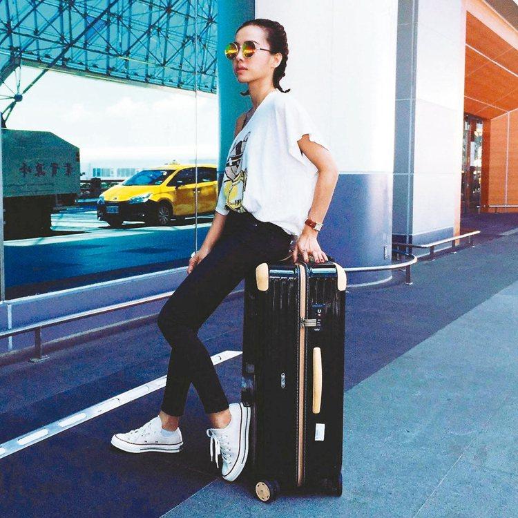 蔡依林一派輕鬆坐在Rimowa的行李箱上。 圖/摘自蔡依林臉書