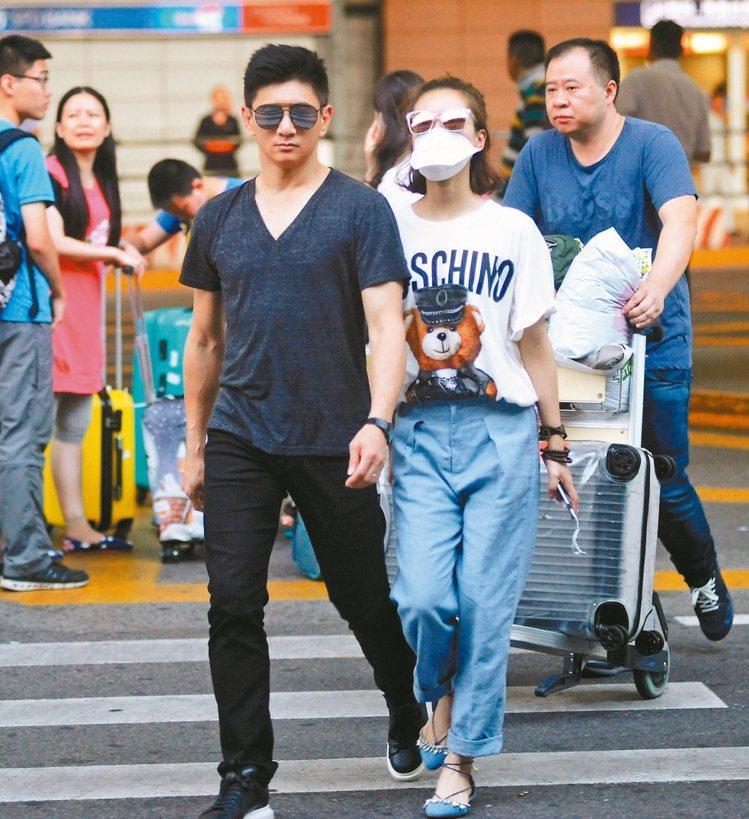 劉詩詩(右)以Moschino秋冬系列的泰迪熊T配寬褲。 圖/CFP