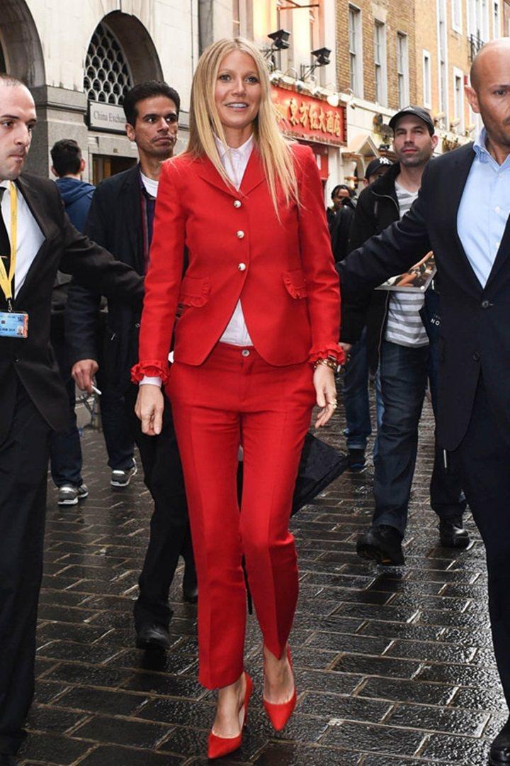 葛妮絲派楚穿Gucci 2016早秋系列紅色荷葉邊西裝。圖/摘自tomandlo...