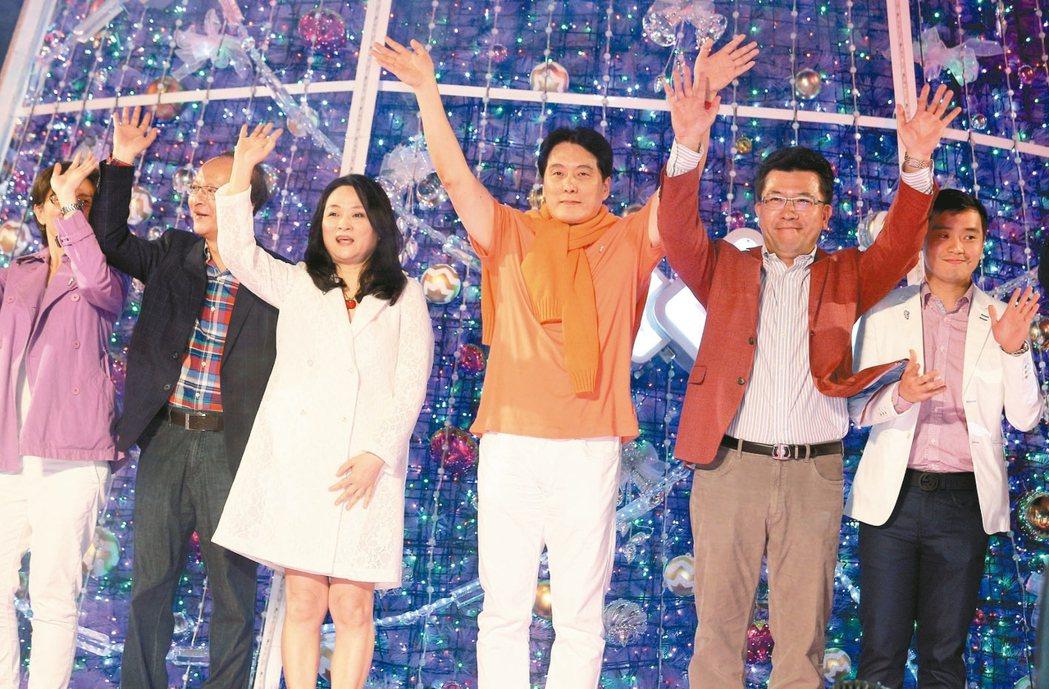 統一集團董事長羅智先(右三)與高秀玲(左二)夫婦 記者劉學聖/攝影