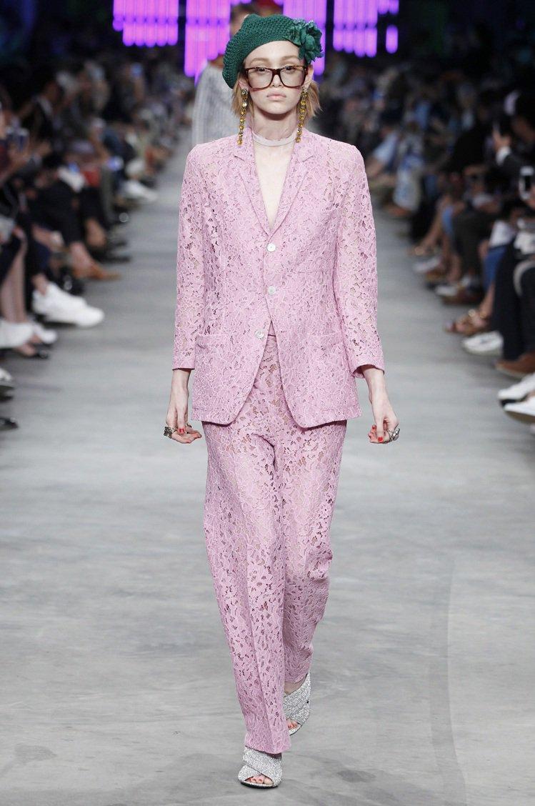 Gucci每一季服裝中都能見到不同剪裁和花色的西裝套裝,無論是柔美的蕾絲、荷葉邊...
