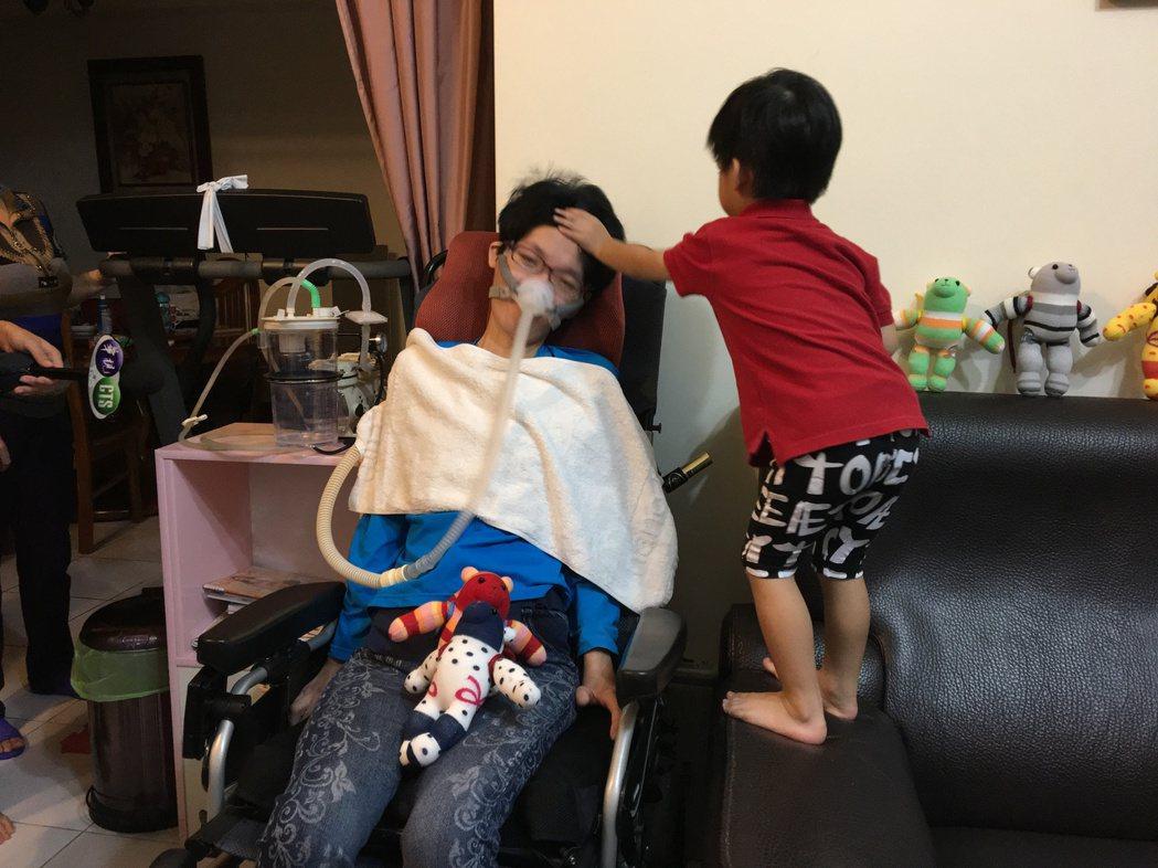 漸凍人「小娟」發病一年全身癱瘓,2歲兒也會幫忙照顧她。記者林孟潔/攝影