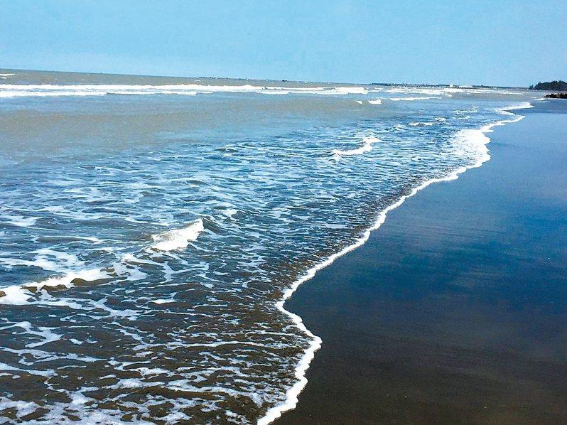 好美寮自然保護區的「好美沙灘」海水清澈,沙灘長近1公里,非常適合散步。 記者黃煌權/攝影