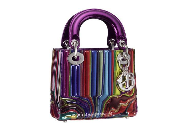 英國藝術家Ian Davenport以多彩顏料噴霧於鍍銀皮質Lady Dior提...