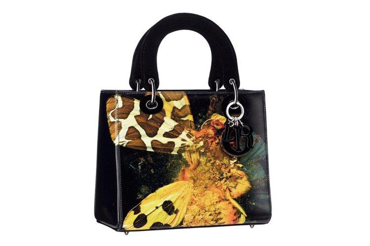 英國藝術家Mat Collishaw將自己的畫作,如鮮黃色或新月藍色的蝴蝶,從畫...