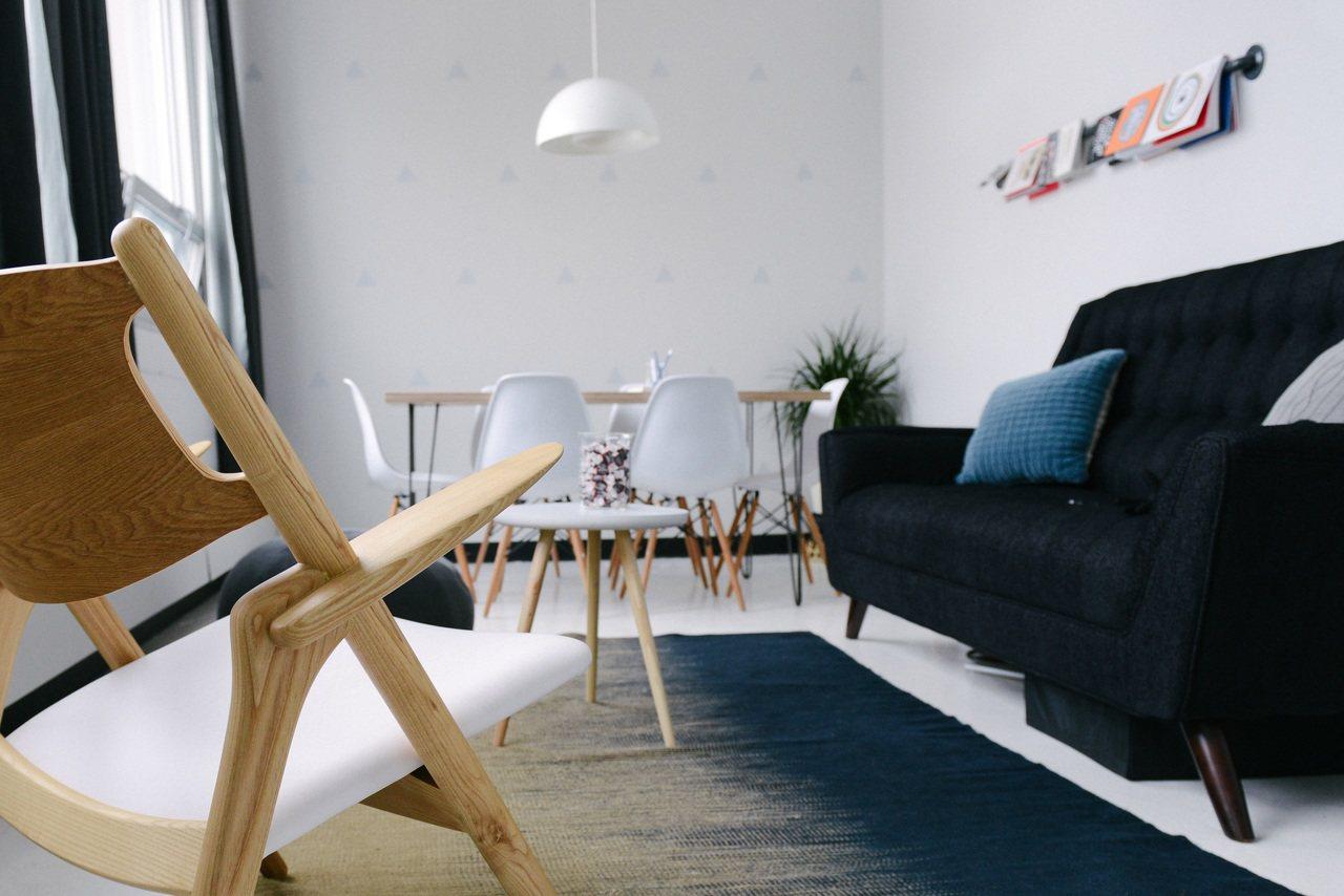 沙發最好靠牆,不要背靠門窗通道。(Pexels) 陸怡雯