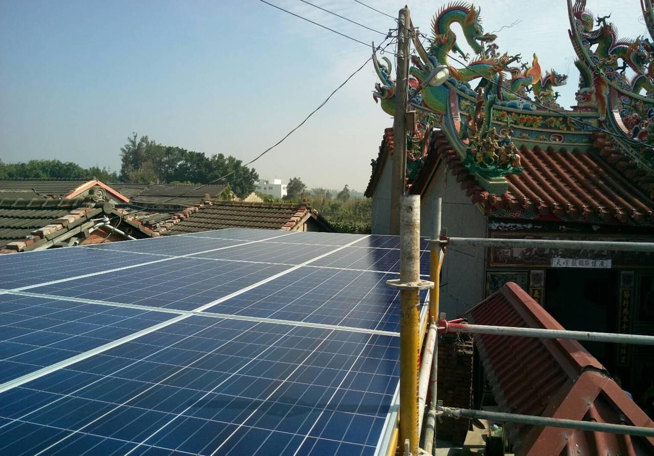 天泰能源公司今天到彰化縣大城台西村,幫村民的信仰中心顯榮宮裝置太陽能發電系統。記...