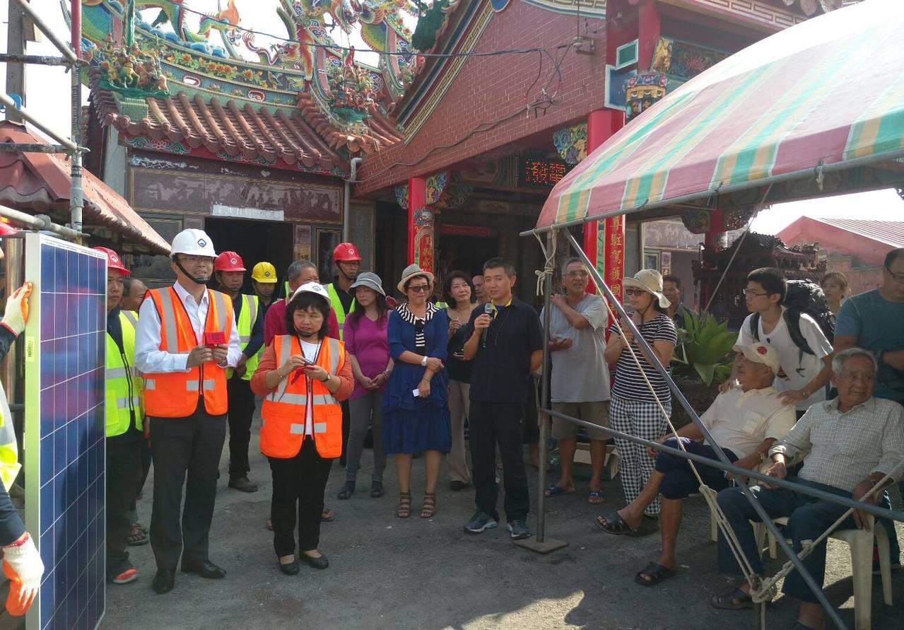 天泰能源公司今天到彰化縣大城台西村顯榮宮,向村民說明太陽能發電系統的好處與意義。...