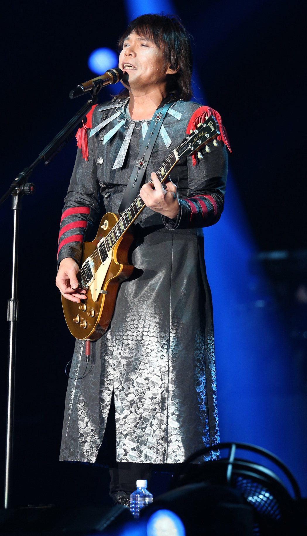 歌手伍佰昨天在高雄巨蛋舉辦「搖滾全經典之正面對決」個人演唱會,吸引滿場歌迷前來,...