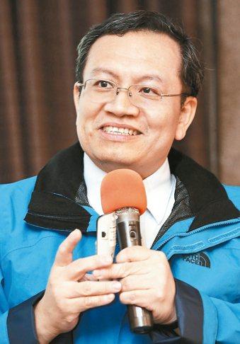「流感季節就是肺炎流行季節。」亞東醫院家庭醫學科主任陳志道提醒疫苗接種的重要性。...