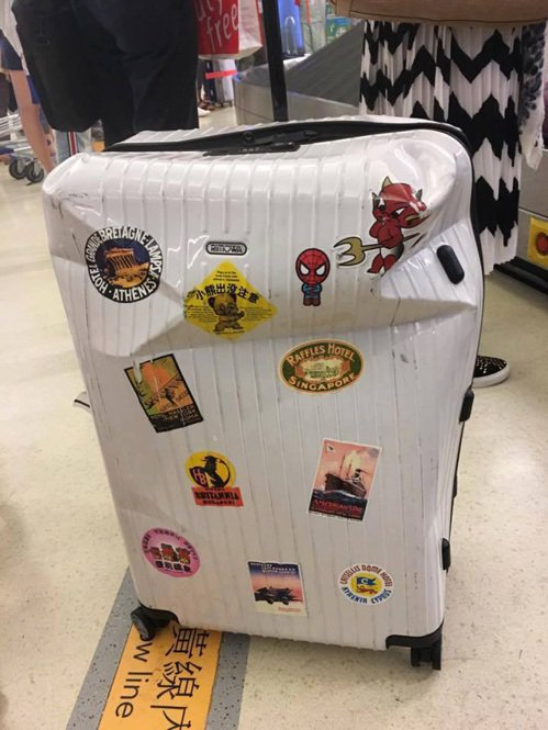 網友臉書PO出變形 RIMOWA行李箱照片,笑稱全球限量款,在機場摔得很有美感,...
