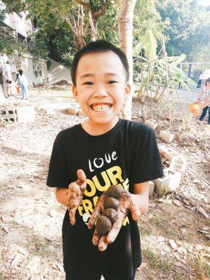 學童開心的學習栽種蔬菜。 圖/王立俞提供