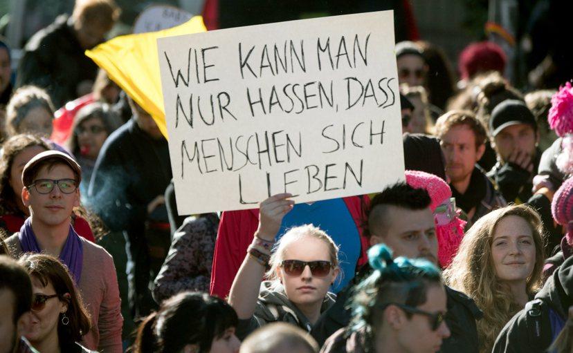 支持多元的性別認同者,於上個月德國護家團體遊行旁,舉著「當別人在展現愛時,你怎麼...