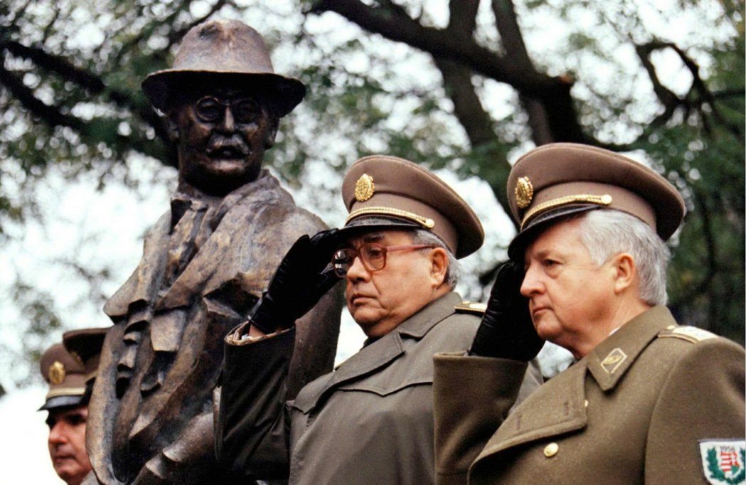 人們積極要求政府平反1956年的10月「反革命」抗爭——終於,那場抗爭自法西斯的...