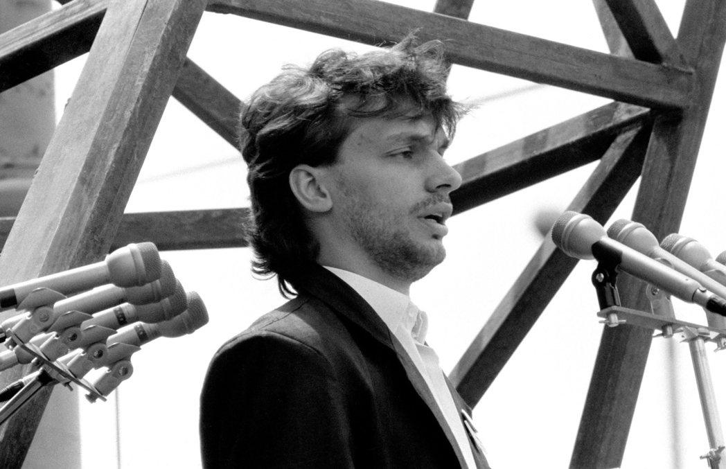 1989年6月16日,在納吉遲來的國喪典禮上,代表青民盟致意的年輕領袖——奧班 ...