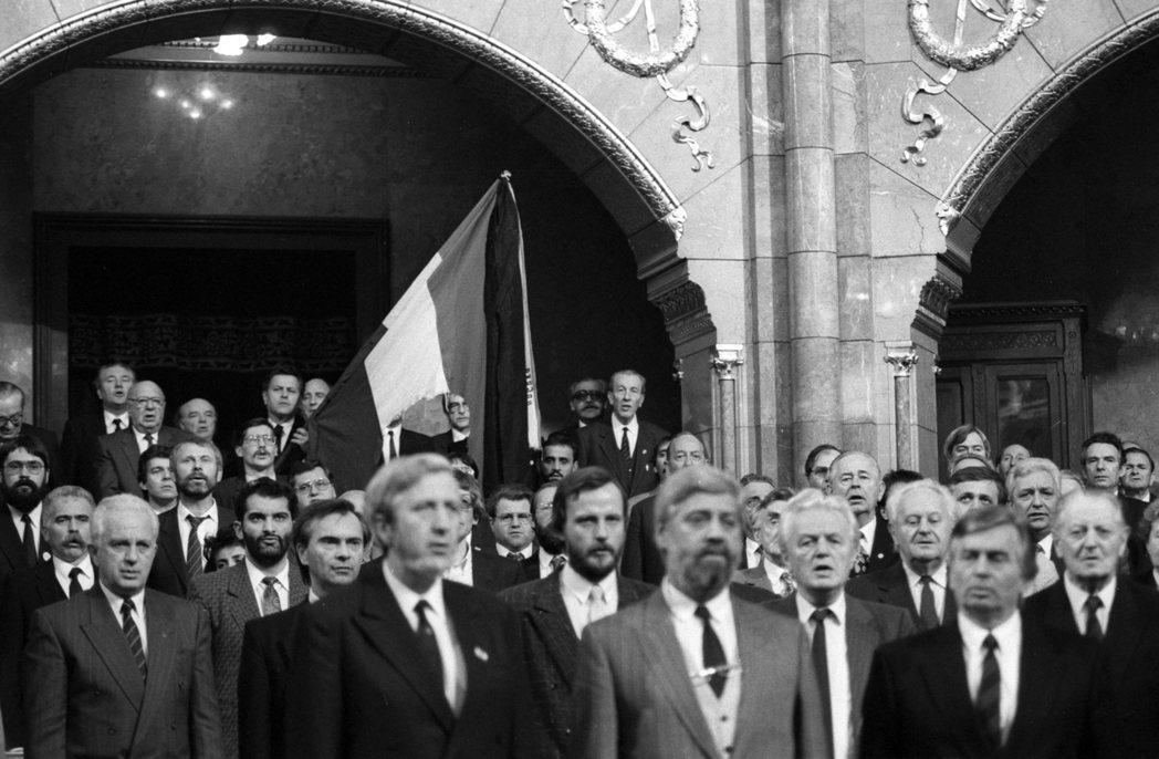 1990年,走出鐵幕的匈牙利選出了第一任民選總理,安托(右下)。圖為匈牙利國會對...