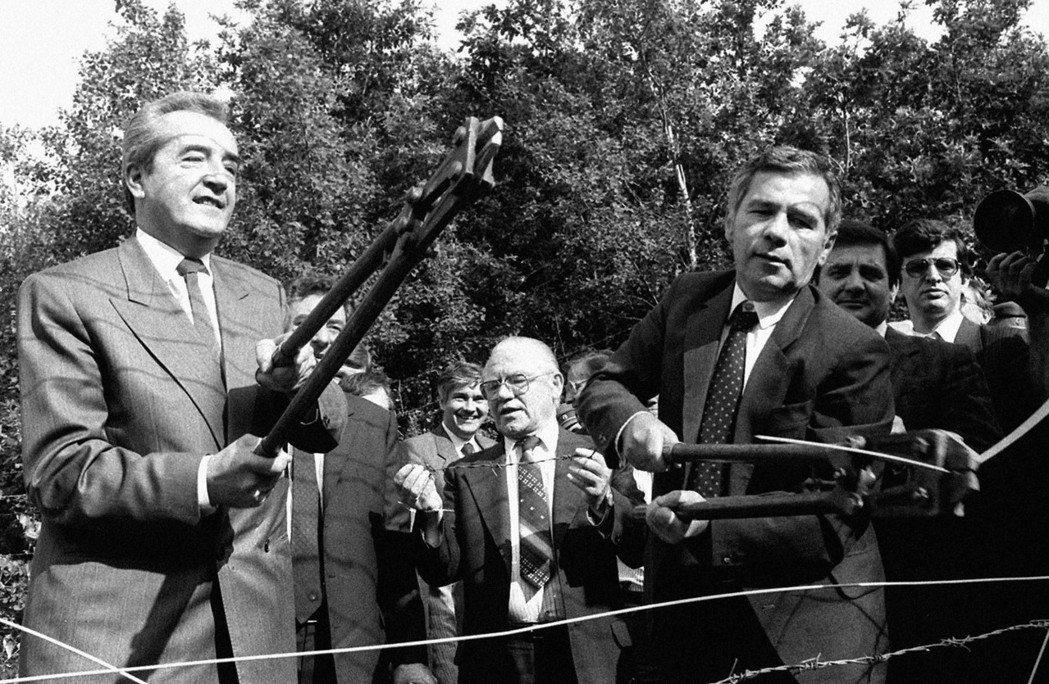 擔任總理的霍恩(左),曾是匈牙利轉型時期的外相。而這張拍攝於1989年的照片,霍...
