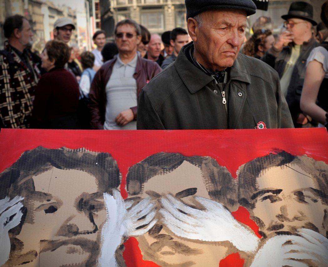 圖為匈牙利2011年反對奧班政府的媒體管制抗爭。20多年後,成為國家總理的奧班,...