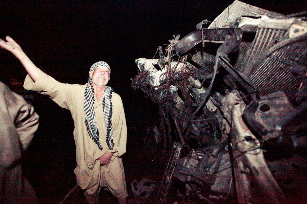 爆炸後的現場,倖存者劫後餘生的悲鳴與哀慟。 圖/路透社