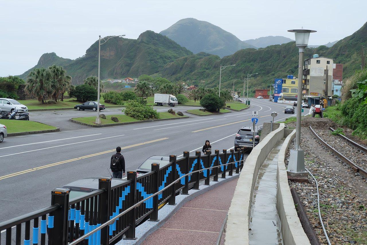 新設置的八斗子車站觀景月台,一出站便可擁抱望海巷海灣。記者張芮瑜/攝影