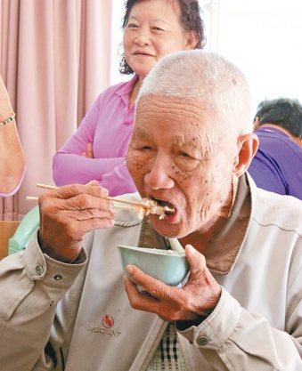 高齡長輩牙口不好、味覺退化,食品要特別處理,才能兼顧營養。 報系資料照