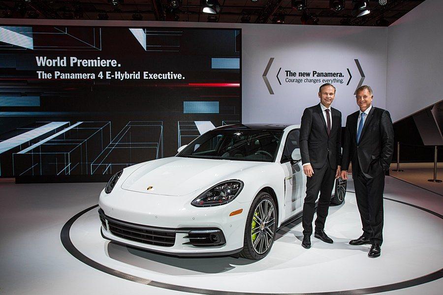 保時捷在 2016 年洛杉磯車展發表Panamera Executive 車型。...