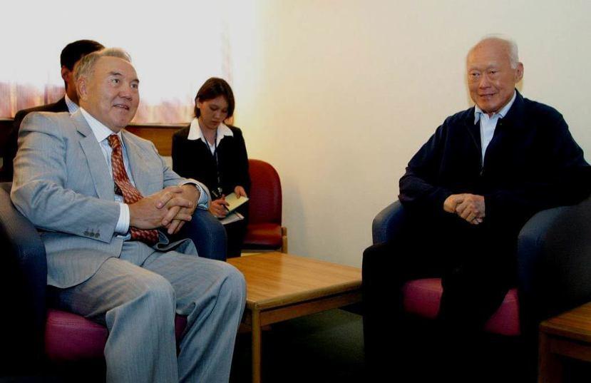 在眾多李光耀的仰慕者中,哈薩克斯坦的納扎爾巴耶夫總統毫不掩飾他的憧憬,甚至贈與李...