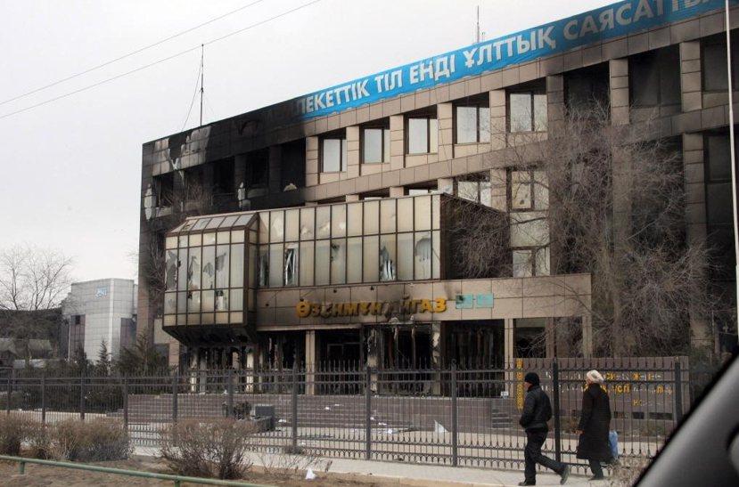 札納奧津暴動過後,現場一片狼藉,只剩被火燒毀的哈薩克國家石油天然氣公司(KazM...