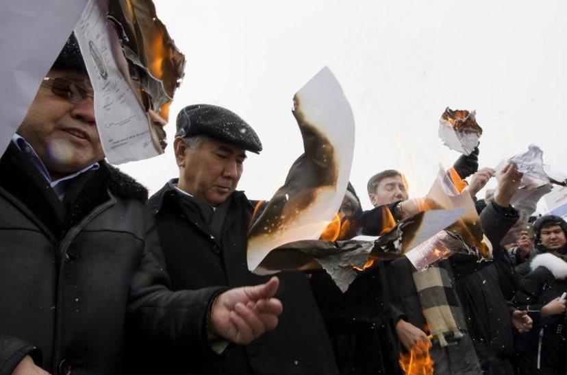 哈薩克本就是專制國家,為了能讓納扎爾巴耶夫持續執政,該國議會修憲多次,不斷延長納...