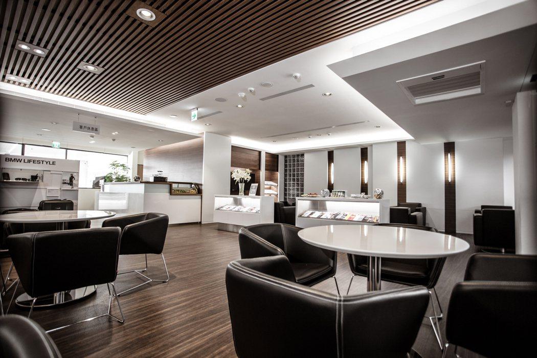 導入全球同步的「BMW Future Retail」規範,空間規劃上也以木質設計...