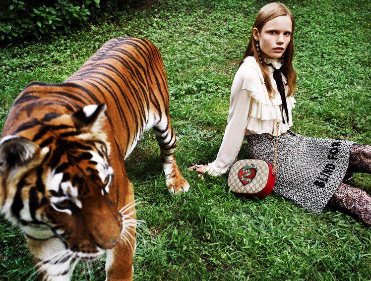 Holiday 紅心珊瑚蛇刺繡系列,39,700元。圖/Gucci提供