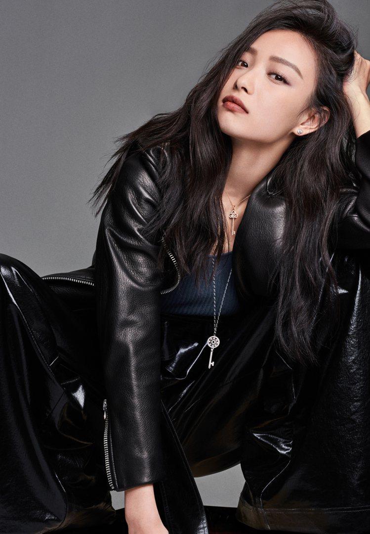 倪妮配戴Tiffany Keys系列圓形花瓣造型鉑金鑲鑽鑰匙鍊墜、18K玫瑰金鑲...