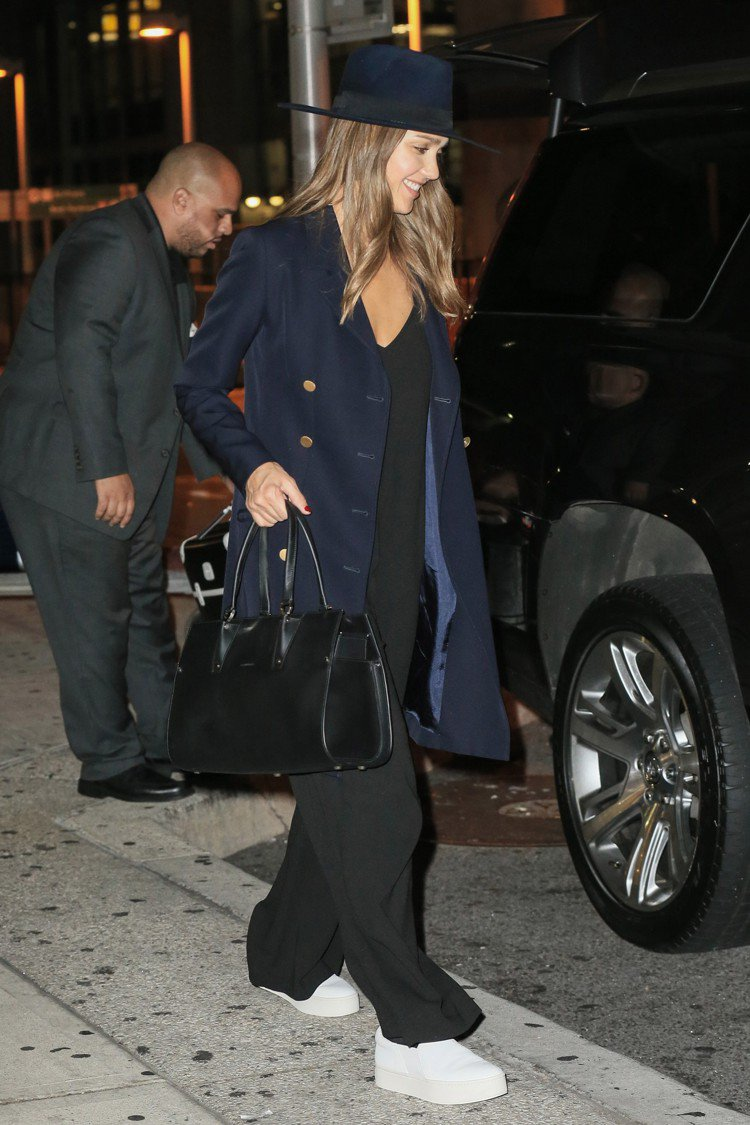 潔西卡艾芭以休閒裝扮搭配Longchamp的Paris Premier包。圖/L...