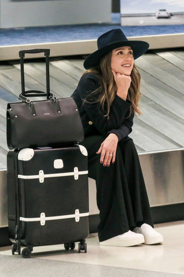 潔西卡艾芭以休閒裝扮搭配Longchamp的Paris Premier包,模樣青...