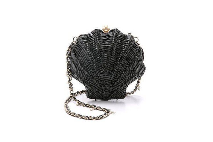 Kate Spade 2015春夏推出過黑色貝殼包,藤編的手法更添休閒感。圖/摘...