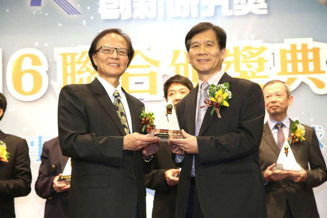 歐典生技獲頒第19屆小巨人獎,由該公司總經理陳世曉(右)代表接受經濟部中小企業處...