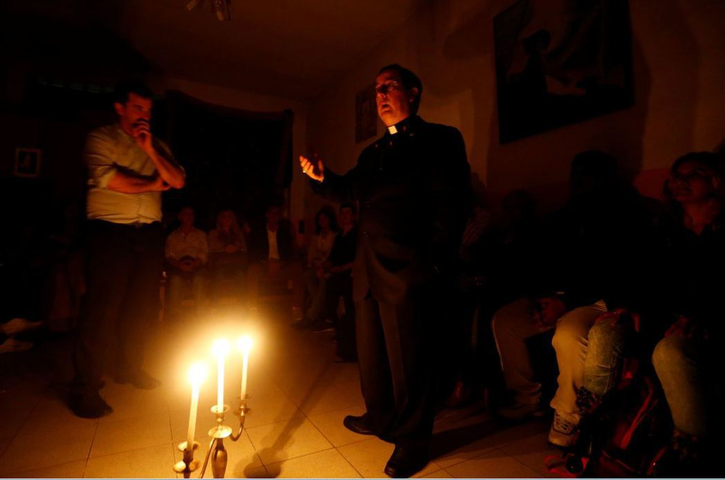 圖為阿根廷的Manuel Acuna主教,正準備驅魔淨化儀式。 圖/路透社
